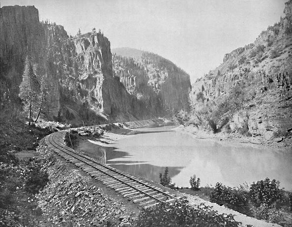Riverbank「Echo Cliffs」:写真・画像(4)[壁紙.com]