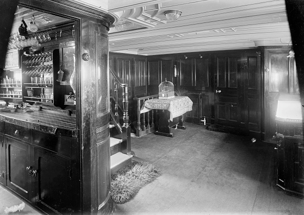 Ceiling「End Of Corridor And Bar On Steam Yacht Venetia」:写真・画像(10)[壁紙.com]