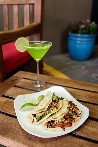 Taco「Tacos on plate with margarita」:スマホ壁紙(0)