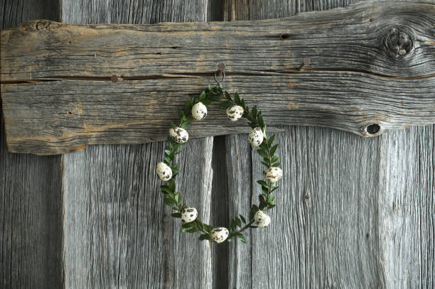 Wreath of box tree twigs with quail eggs in front of rustic wooden wall:スマホ壁紙(壁紙.com)