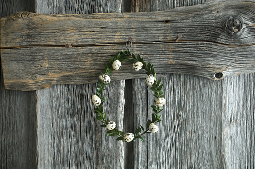 Easter「Wreath of box tree twigs with quail eggs in front of rustic wooden wall」:スマホ壁紙(10)