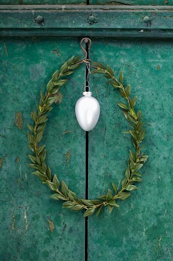 イースター「Silver Easter egg and box tree wreath hanging in front of green door」:スマホ壁紙(4)