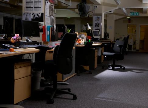 夜「Dark and empty office, with lamp on」:スマホ壁紙(6)