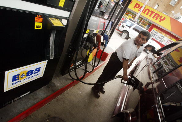 Ethanol「In Wake Of Gas Hike Chicago Gas Stations Offer Cheap Ethanol Gas」:写真・画像(10)[壁紙.com]