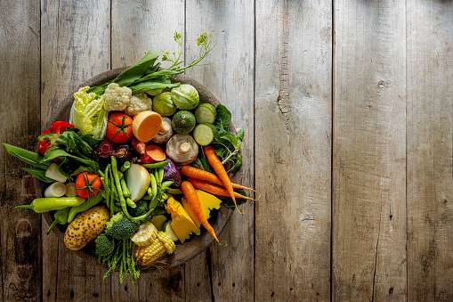 Pigeon Hole「Many rustic, colorful, market fresh and organic healthy vegetables in a round wooden tray on an old weathered wooden paneled table top background.」:スマホ壁紙(13)