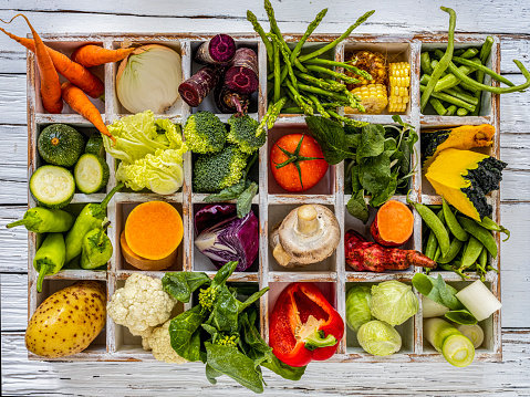 Pigeon Hole「Many rustic, colorful, market fresh and organic healthy vegetables in compartments in a white wooden box tray on an old weathered white wooden paneled table top background.」:スマホ壁紙(14)
