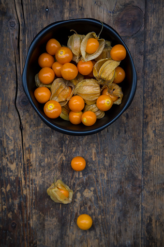Winter Cherry「Physalis in bowl and on wood」:スマホ壁紙(11)