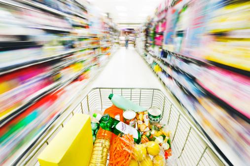 Focus On Foreground「Racing shopping cart turns supermarket shelves into rainbow blurs」:スマホ壁紙(4)