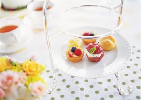 ソーサー「Small tarts on plate set in cakestand」:スマホ壁紙(12)