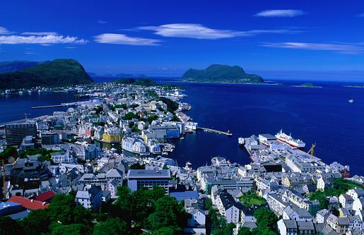 アクスラ山「Town buildings and surrounding water from Aksla, Alesund, More og Romsdal, Norway, Europe」:スマホ壁紙(3)
