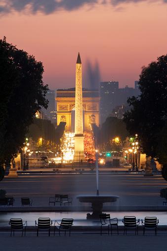 Arc de Triomphe - Paris「France, Paris, Obelisk of Luxor and Arc de Triomphe illuminated, dusk」:スマホ壁紙(8)