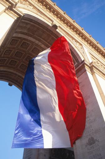Arc de Triomphe - Paris「France, Paris, Arc de Triomphe and French flag, low angle view」:スマホ壁紙(11)