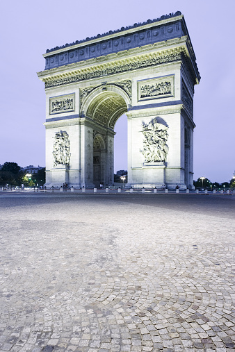 Arc de Triomphe - Paris「France, Paris, Arc de Triomphe, illuminated at dusk」:スマホ壁紙(2)