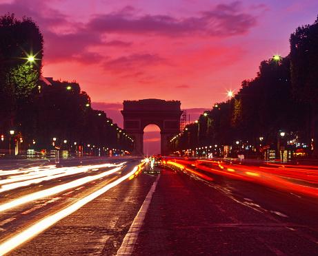 Arc de Triomphe - Paris「France, Paris, Arc de Triomphe, blurred traffic lights, sunset」:スマホ壁紙(12)