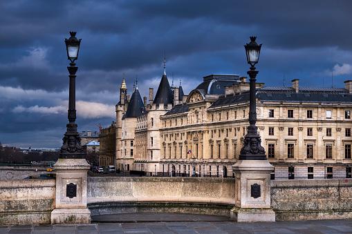 Famous Place「France, Paris, Seine river bank, Pont Neuf bridge and Conciergerie」:スマホ壁紙(15)