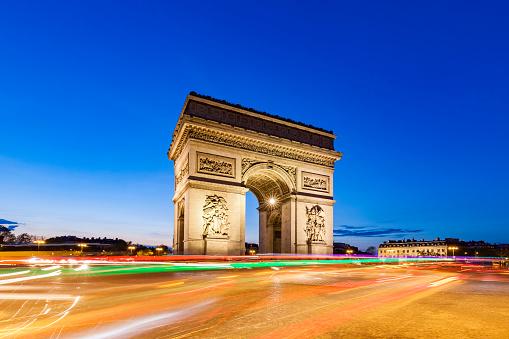 Arc de Triomphe - Paris「France, Paris, Place Charles-de-Gaulle, Arc de Triomphe and traffic at night with light trails」:スマホ壁紙(8)