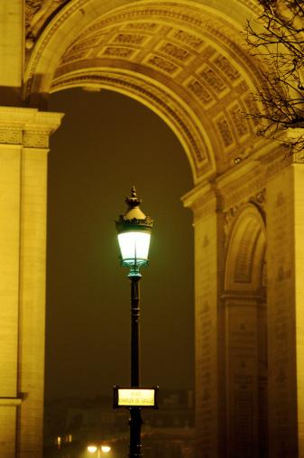 Arc de Triomphe - Paris「France, Paris, street lamp in front of Arch of Triumph, night」:スマホ壁紙(14)