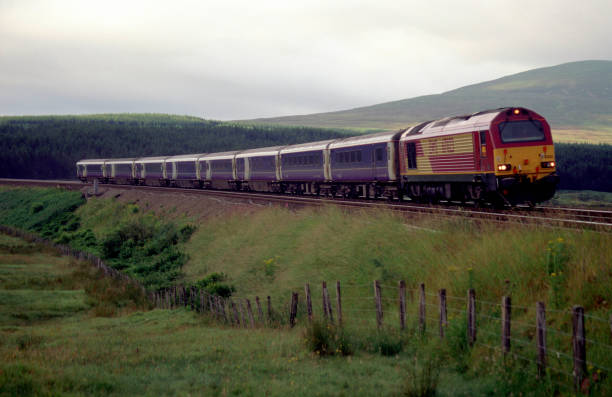 An EWS class 67 travels northbound through the Scottish countryside on approach to Dalwhinne station. This train started its journey at London and will terminate at Inverness.:ニュース(壁紙.com)