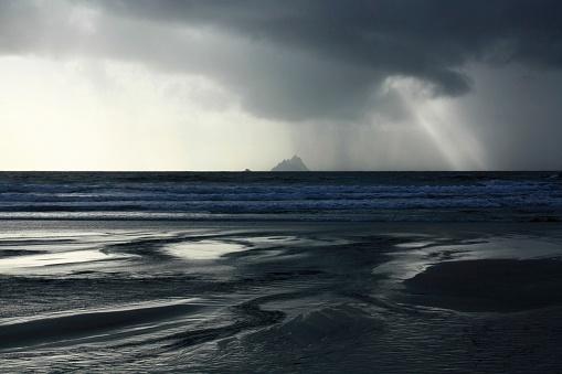 Ring of Kerry「Finans Bay, Skellig Islands, Co Kerry, Ireland; Skellig Islands in a rain shower」:スマホ壁紙(18)