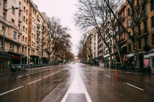 Empty avenue in Madrid, Spain:スマホ壁紙(壁紙.com)