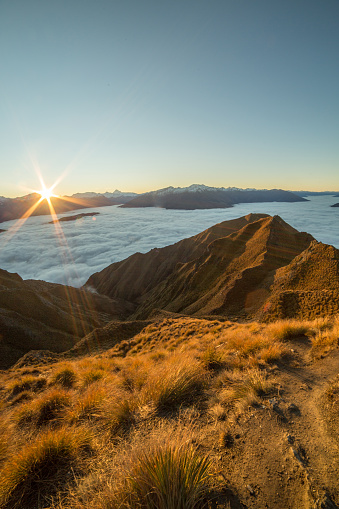 Mt Aspiring「View from mountain summit, sunset above the clouds」:スマホ壁紙(8)