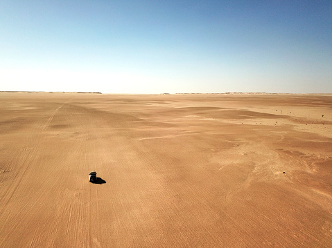 Extreme Weather「Mauritania, Banc dArguin National Park, Aerial view of off road car driving through desert」:スマホ壁紙(8)
