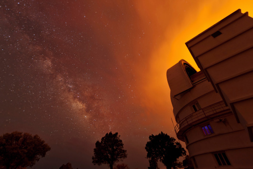星空「As a wildfire burns dangerously close, the astronomers at the McDonald Observatory in Fort Davis, Texas continue to work through the night.」:スマホ壁紙(17)