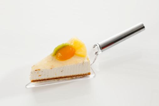 Passion Fruit「Slice of Yoghurt Maracuja Cake on cake server, close up」:スマホ壁紙(14)