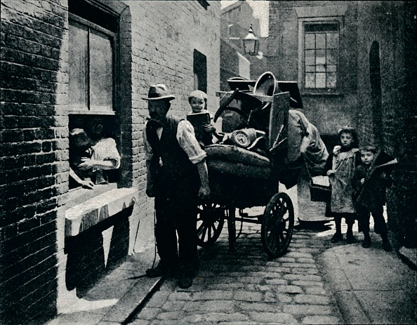 1900-1909「A move in 'Slumopolis', London, c1901 (1901)」:写真・画像(6)[壁紙.com]