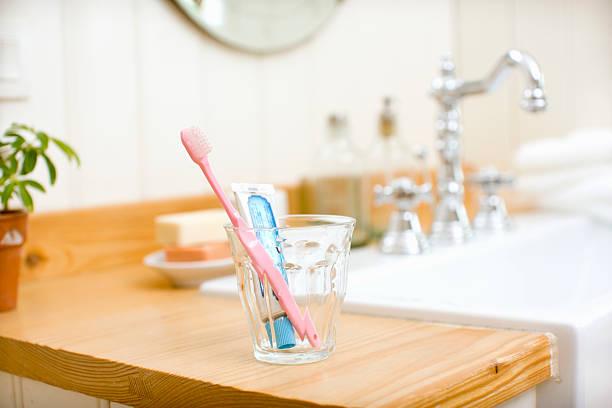Tooth polish set put on wash basin:スマホ壁紙(壁紙.com)