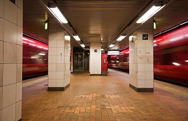 Empty subway station with train in motion:スマホ壁紙(壁紙.com)