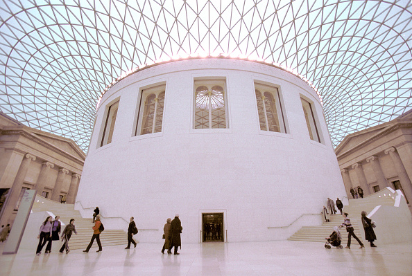 Hiding「British Museum, Great Court, London. Hidden from public view since 1857. the Great Court allows visitors to move freely around the Main floor for the first time in 150 years. Two monumental staircases encircle the drum of the Reading Room. Architect, Fos」:写真・画像(12)[壁紙.com]