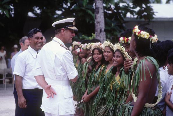Military Uniform「Prince Philip the Duke of Edinburgh chats to local children in native dress on the island of Kiribati 」:写真・画像(4)[壁紙.com]