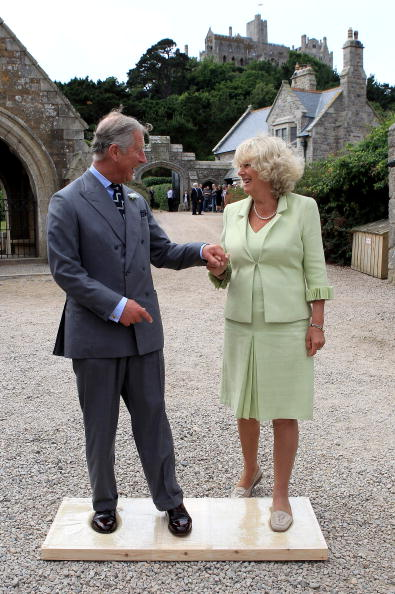 Holding Hands「Prince Of Wales And Duchess Of Cornwall Visit Cornwall」:写真・画像(7)[壁紙.com]