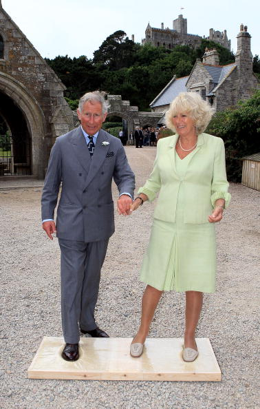 Holding Hands「Prince Of Wales And Duchess Of Cornwall Visit Cornwall」:写真・画像(15)[壁紙.com]