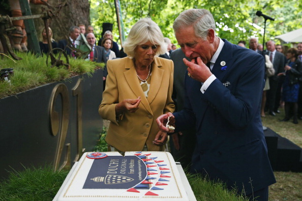 Eating「Prince Of Wales & Duchess Of Cornwall Host Reception To Mark The 21st Anniversary Of Duchy Originals Products」:写真・画像(11)[壁紙.com]