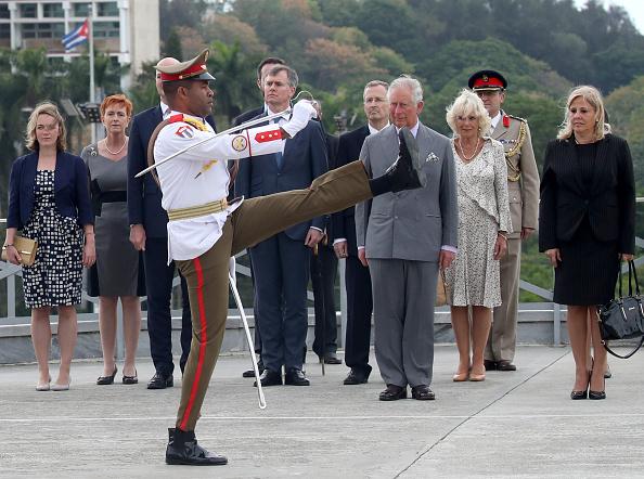 男「The Prince Of Wales And Duchess Of Cornwall Arrive In Cuba」:写真・画像(0)[壁紙.com]