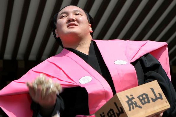 白鵬「Japan Celebrates The Coming Of Spring With The Bean-Scattering Ceremony」:写真・画像(5)[壁紙.com]