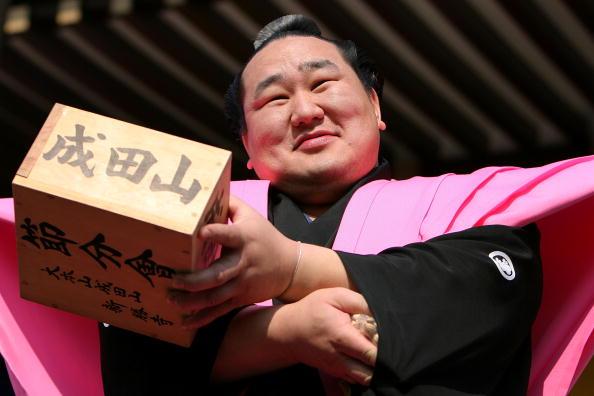 朝青龍 明徳「Japan Celebrates The Coming Of Spring With The Bean-Scattering Ceremony」:写真・画像(5)[壁紙.com]