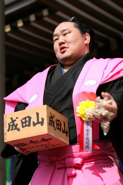 朝青龍 明徳「Japan Celebrates The Coming Of Spring With The Bean-Scattering Ceremony」:写真・画像(19)[壁紙.com]