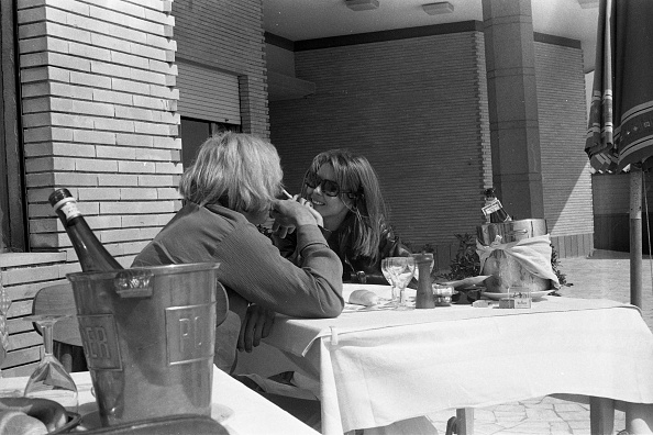 Communication「Actress Dominique Boschero eating out with American actor William Berger, Fregene 1968」:写真・画像(17)[壁紙.com]