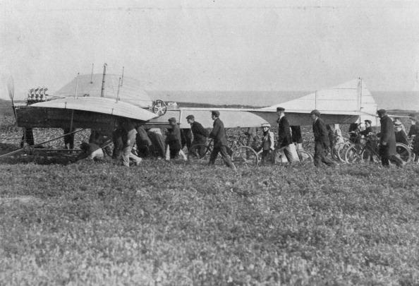 Sangatte「Hubert Latham prepares to take off after Louis Bleriot, near Calais, France, 25 July 1909.」:写真・画像(8)[壁紙.com]