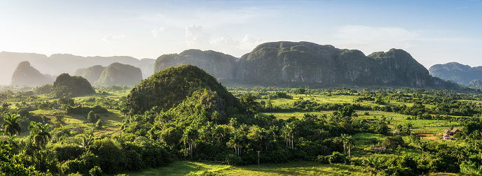 UNESCO「panoramic view of mogotes in viñales valley at sunset. Cuba」:スマホ壁紙(7)