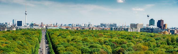交通量「緑豊かなティーアガルテン公園上のベルリンのスカイラインの全景」:スマホ壁紙(2)