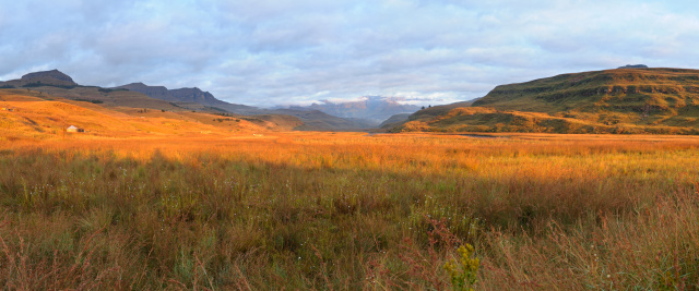 Escarpment「Panoramic view of the Mweni Valley at dawn, Drakensberg uKhahlamba National Park, Kwazulu-Natal, South Africa」:スマホ壁紙(17)