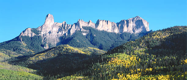 Panoramic view of autumn foliage with Chimney Rock and Courthouse Mountain as seen from Cimmarron Ridge. Chimney Rock, Courthouse Mountain, Cimarron Ridge, Owl Creek Pass, Uncompahgre National Forest, Colorado.:スマホ壁紙(壁紙.com)