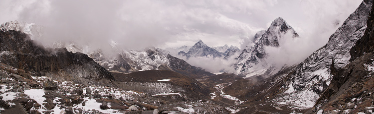 Khumbu「Panoramic view of the view to the east from the Cho La Pass with Mt Cholatse prominent, Everest Base Camp via Gokyo Trek, Nepal」:スマホ壁紙(1)