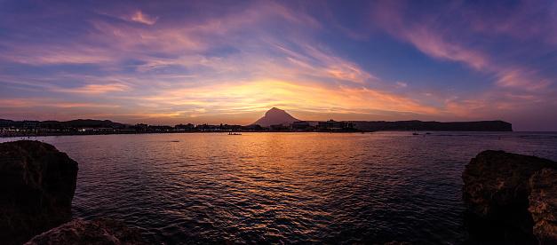 ビーチ「プラヤ エル アレナル、ハベア エスパーニャで夕日のパノラマ ビュー」:スマホ壁紙(1)