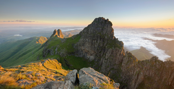 Escarpment「Panoramic view of mountain peak at dawn in the Drakensberg, Free State Province, South Africa」:スマホ壁紙(14)