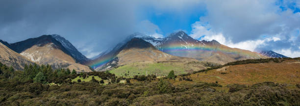 Panoramic view of a Rainbow over mountains surrounding Glenorchy.'n:スマホ壁紙(壁紙.com)